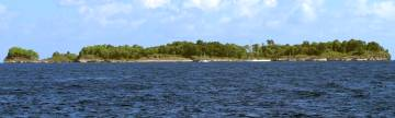 Tiny Yiew Island, with 5 boats already anchored