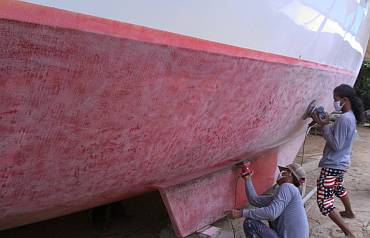 Heru and Chandron almost finished sanding the starboard hull