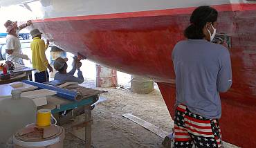 Jon, Yando, Heru & Chandron sanding the inside of port hull
